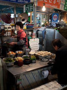 Korean street food takes it to a new level. Look at how fresh this all looks! Korean street food takes it to a new level. Look at how fresh this all looks! Street Food Market, Street Vendor, Korean Street Food, Korean Food, Living In Korea, South Korea Travel, Seoul Korea, Food Truck, Food Photography