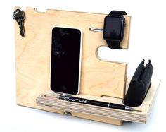 No sólo una estación de acoplamiento para su teléfono, pero también una estación para su cartera, reloj, llaves, pluma, gafas, etc.. Fácil montaje y gran recorrido.  The catchall™ estación de acoplamiento está diseñada para proporcionar un lugar para varios elementos. Tiene ranuras para llaveros, gafas, gafas de sol, collares, pulseras, auricular bluetooth o auriculares. Puede utilizarse para acunar su teléfono durante la carga, y no es necesario desconectar el teléfono y el cargador a…