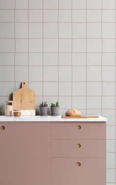Hunting for a wallpaper that feels clean, modern, and cool? Our Tic Tac design is an oversized grid pattern that fits seamlessly into a variety of different interior styles, thanks to its minimal design and neutral tones. The soft terracotta lines are drawn digitally with a brush effect that feels hand-drawn. This allows the lines to have a textured look while being extremely high-quality and scalable to any wall size. Kitchen Wallpaper Murals, World Map Wallpaper, Forest Wallpaper, Kids Wallpaper, Pattern Wallpaper, Japanese Geometric Wallpaper, Geometric Wallpaper Design, Grid Design, Minimal Design