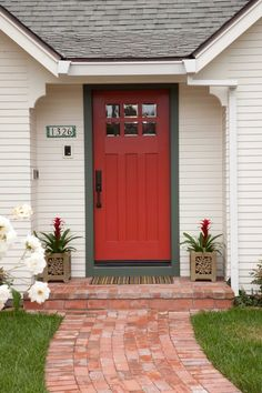 Trendy Front Door Colors With Tan House Curb Appeal Home Ideas Front Door Paint Colors, Painted Front Doors, Front Door Design, Style Cottage, Cozy Cottage, Cottage Door, Exterior Doors, Entry Doors, Exterior Tradicional
