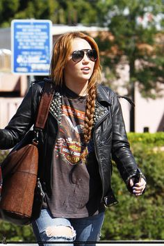 Miley Cyrus Hair and outfit Miley Cyrus Cheveux, Miley Cyrus Hair, Miley Cyrus Style, Long Braided Hairstyles, All Star, Grunge Hair, Grunge Makeup, 90s Grunge, Grunge Style
