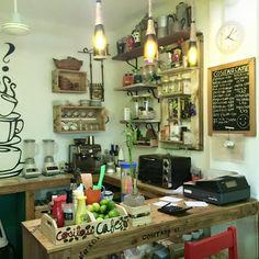 Cositass es una cafetería acogedora, que también cuenta con una original galería de arte y una tienda de productos de diseño cubano.  Un espacio híbrido, abierto a todo tipo de público, en el que se cuida mucho la atención y la calidad de lo que se ofrece. Liquor Cabinet, Wordpress, Storage, Shop, Furniture, Home Decor, Cozy Coffee Shop, Havana Cuba, Spaces