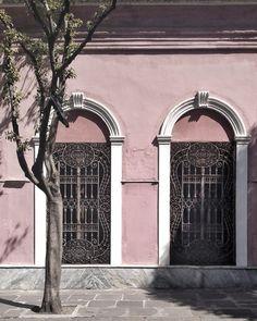 El barrio de San Telmo (nombre que tomó en honor al sacerdote español Pedro González Telmo) es uno de los más antigüos de la Ciudad de Buenos Aires. . Con sus escasos 1,2 km2 (es el barrio más pequeño de CABA), supo albergar a las familias más tradicionales de Buenos Aires, pero la epidemia de 1871 provocó que se muden a la zona norte de la ciudad, alquilando sus casas a los inmigrantes europeos que comenzaban a llegar. Renting, Priest, The Neighbourhood, Families, Norte, Cities, Argentina