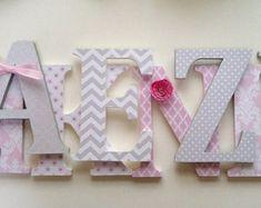 Kindergarten Holzwand Buchstaben in weiche lila von SummerOlivias