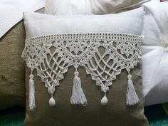 almohadón arpillera y crochet - el taller de jazmin. Lots of lovely ideas with crochet for pillows Crochet Cushions, Sewing Pillows, Crochet Pillow, Diy Pillows, Crochet Doilies, Decorative Pillows, Throw Pillows, Lace Doilies, Lumbar Pillow