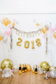 Make your New Year's Eve decoration earn Brownie points with these awesome New Years Eve Party Decorations. You'll love these NYE Party decoration ideas. New Years Eve 2018, New Years Eve Weddings, New Years Party, 2018 Year, Balloon Decorations Party, New Years Decorations, Balloon Backdrop, Lauren Conrad, New Year's Eve Backdrop