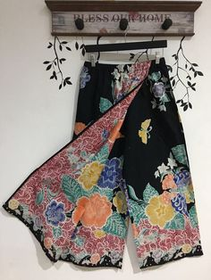 Cullotes batik Batik Fashion, Ethnic Fashion, Hijab Fashion, African Fashion, Fashion Outfits, Womens Fashion, Batik Blazer, Blouse Batik, Batik Dress
