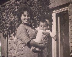 1963. Orbán Viktor csecsemőként anyja Sipos erzsébet karjaiban..jpg