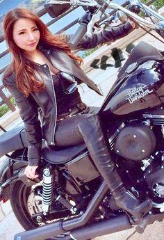 Biker-Chics - Elle et la machine - - Motorrad - Motos Motorbike Girl, Motorcycle Outfit, Motorcycle Leather, Lady Biker, Biker Girl, Biker Chick Outfit, Biker Chick Style, Motard Sexy, Motos Vespa