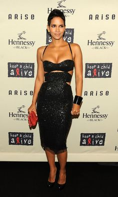 Halle Berry Keeps a Child Alive with Gabriel Aubry: Photo Halle Berry cuts a sexy figure in a hip-hugging dress at Keep A Child Alive's 2009 Black Ball at Hammerstein Ballroom on Thursday (October in New York City. Estilo Halle Berry, Halle Berry Style, Halle Berry Hot, Halley Berry, Meagan Good, Black Sequin Dress, Cutout Dress, Celebs, Celebrities