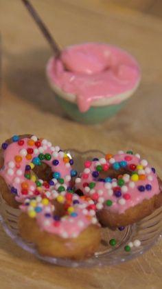 Mini cuisine : doughnuts Le plus minuscule des doughnuts. Miniture Food, Miniture Things, Barbie Food, Doll Food, Real Food Recipes, Yummy Food, Tiny Cooking, Mini Kitchen, Kitchen Small