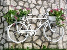 33 Bicycle Flower Planters for the Garden or Yard : White painted bicycle holding pink flowers on front and rear mounted to a wall. Bicycle Decor, Old Bicycle, Old Bikes, Unique Garden Decor, Unique Gardens, Bicycle Painting, Paint Bike, Parasols, Deco Floral