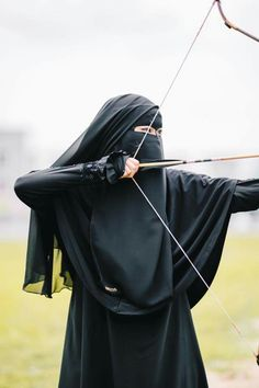 Strong niqabie women, bow and arrow, shahabiyah, archer Hijab Niqab, Muslim Hijab, Hijab Chic, Niqab Fashion, Muslim Fashion, Fashion Muslimah, Beautiful Muslim Women, Beautiful Hijab, Muslim Girls