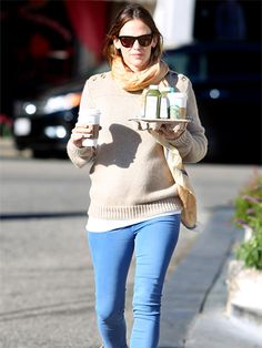 We LOVE how Jennifer Garner paired these trendy black cat-eye sunnies with orange-ish lenses with a more casual sweater! Great contrast!