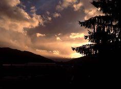 Un atardecer entre nubes con una luz maravillosa