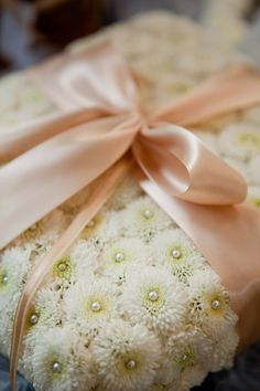 apositivelybeautifulblog:    (via pink and gold / ring pillow)