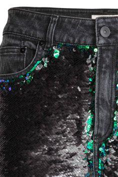 Jeans met pailletten: 5-pocketjeans van elastisch, gewassen denim met een relaxte pasvorm. De voorkant is bezet met pailletten die omgedraaid kunnen worden. De jeans heeft een normale taille, smal toelopende pijpen, een gulp met rits en knoop en een verlaagd kruis.