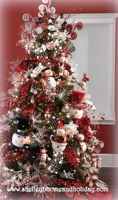 A bit earlier l know but we have to start thinking about it soon Christmas Tree ● Snowman.a beautiful Christmas tree! Beautiful Christmas Trees, Christmas Tree Themes, Holiday Tree, Christmas Snowman, All Things Christmas, Christmas Tree Decorations, Holiday Decor, Snowman Tree, White Christmas
