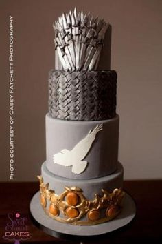 Game of Thrones Wedding Cake. too bad I didn't see game of thrones before my wedding Game Of Thrones Kuchen, Bolo Game Of Thrones, Game Of Thrones Food, Game Of Thrones Party, Pretty Cakes, Cute Cakes, Beautiful Cakes, Amazing Cakes, Unique Cakes