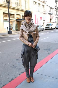 mc hammer pants, with leather blazer and scarf Boho Fashion, Fashion Outfits, Street Fashion, Black Harem Pants, Leather Blazer, Colored Pants, Vogue, Casual Fall, Autumn Winter Fashion