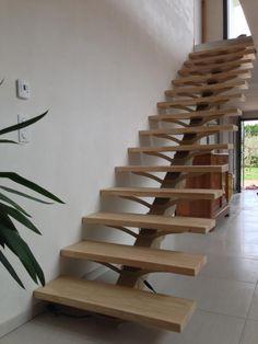 Escalier métallique droit sur limon central (marches en bois).  Architecture et décoration contemporaine. Art Métal Concept - Quimper - http://artmetalconcept.e-monsite.com/album/escaliers/