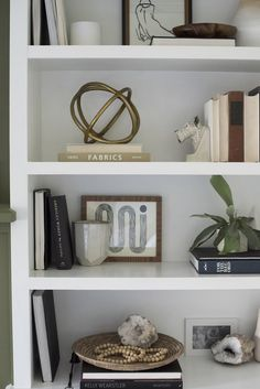 42 Valuable Strategies for Bookshelf Decor Living Room Bookcase Styling You Can … Styling Bookshelves, Decorating Bookshelves, Bookshelf Design, Modern Bookshelf, Bookcases, Home Decor Styles, Home Decor Accessories, Cheap Home Decor, Decorative Accessories