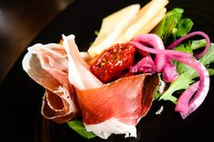 Something salty for the summer heat - Parma ham, Juustoportti winemaker's cheese, marinated red onions and tomatoes with baby lettuce Parma Ham, Summer Heat, Fun Cooking, Wine Recipes, Onions, Lettuce, Tomatoes, Herbalism, Cheese