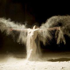 « Danser, c'est comme parler en silence. C'est dire plein de choses sans dire un mot. » disait Yuri Buenaventura. La série de...