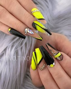 If you're sick of plain round nails and the formal look of square nails, coffin nails are an excellent in-between look and this year's best trend. Coffin Nails Matte, Acrylic Nails Coffin Short, Summer Acrylic Nails, Best Acrylic Nails, Gorgeous Nails, Pretty Nails, Glitter Nails, Gel Nails, Nail Polishes