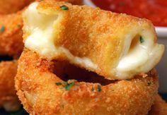 Peynir Dolgulu Soğan Halkası, tam bir lezzet bombası. Çok sevilen soğan halkası tarifini bir de peynirle deneyin, pişman olmayacaksınız. Pratik tarif şöyle;