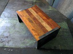 tavolino di legno di cassette di vini di svariate cantine struttura di ...