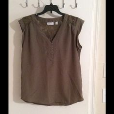 Cute green top Green button up top casual or great for work. Great condition worn 2-3x New York & Company Tops Blouses