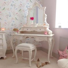 Shabby and Charming: Pastel colors for a lovely English cottage belonging to Leanne
