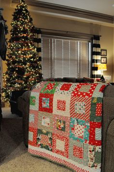 Christmas Quilt - do this with Christmas fabric & kids' old Christmas PJs Christmas Sewing, Christmas Fabric, Noel Christmas, Christmas Tables, Rag Quilt, Quilt Blocks, Christmas Quilt Patterns, Christmas Quilting, Image Deco
