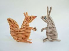 Weaving from paper vines. Bunny and squirrel. Handmade Rugs, Handmade Crafts, Straw Art, Recycled Magazines, Paper Weaving, Dog Sculpture, Newspaper Crafts, Weaving Projects, Paper Basket
