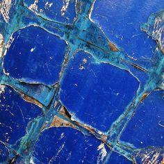 Cobalt Blue Cracked & Rusted, Barn door Peeling paint at Finchale photo by Tina Negus Azul Indigo, Bleu Indigo, Love Blue, Blue And White, Foto Macro, Peeling Paint, Himmelblau, Turquoise, Blue Aesthetic