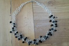 Deze prachtige ketting is gehaakt met zilverdraad en afgewerkt met zwarte kristallen.