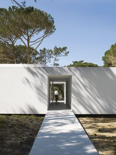 Minimalist House in Portugal. Minimal Architecture, Islamic Architecture, Residential Architecture, Interior Architecture, Exterior Design, Interior And Exterior, Japan Design, Modern Buildings, Building A House