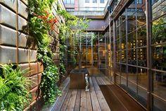 Ook het label Replay maakt van de groene trend gebruik om klanten in de shop in Barcelona aan te trekken. (Vertical Garden Design)