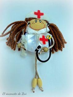 muñeca broche enfermera, broches de tela, muñeca broche doctora, pequeña muñeca fieltro,broches, broches fieltro,muñeca enfermera,muñecas