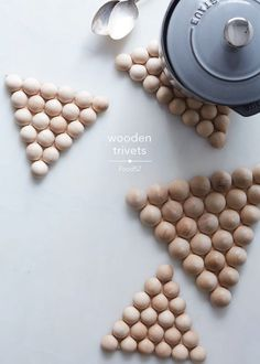"""DIY Wood Trivets"" would make great additions to wedding gift duffle Diy Craft Projects, Diy And Crafts, Diy Deco Rangement, Creation Deco, Diy Holz, Diy Interior, Wooden Diy, Creative Crafts, Diy Gifts"
