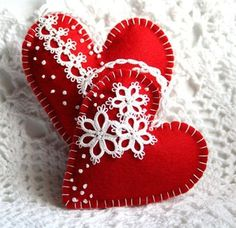 Tatting - Ornaments: Felt heart with tatted flowers and edging Valentines Day Hearts, Valentine Day Crafts, Valentine Heart, Felt Christmas Ornaments, Christmas Crafts, Christmas Tree, Diy And Crafts, Kids Crafts, Fabric Hearts