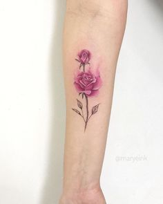 Feed Your Ink Addiction With 50 Of The Most Beautiful Rose Tattoo Designs For Men And Women - KickAss Things Henna Tattoo Arm, Tattoo Pink, Pink Rose Tattoos, Feather Tattoos, Tiny Flower Tattoos, Mini Tattoos, Small Tattoos, Tattoos For Guys, Tattoos For Women