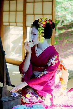Maiko, the makeup. #japan #kyoto #geisha #kimono