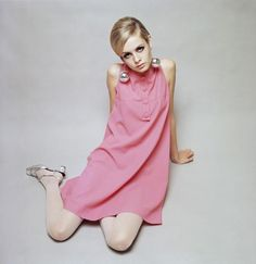 """Stilikone der """"Swinging Sixties"""": Das britische Model Twiggy prägte mit burschikoser Figur und kurzen Kleidern in A-Linien-Form den Look der 1960er Jahre"""
