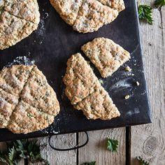 Muistatko sinä kotitaloustunnin teeleivät? Kaivoin vanhan reseptin esiin ja lisäsin joukkoon reilusti nokkosta. Helppo ja vaivaton tapa hyödyntää nyt parhaimmillaan olevaa nokkosta! Ohje löytyy blogista. #nokkosteeleivät #teeleipä #leipä #nokkonen #villiyrtit #leivonta Finnish Recipes, Tea Time, Favorite Recipes, Cookies, Chocolate, Desserts, Food, Essen, Crack Crackers