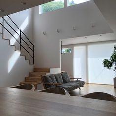 「シンプルの中に上質さを」夫婦で拘り抜いたおうちづくり。_______n.t.kさんのご自宅を探索!(前編) | ムクリ[mukuri] Room Interior, Interior Design, Home Goods, Sweet Home, New Homes, Stairs, House Design, Living Room, Architecture