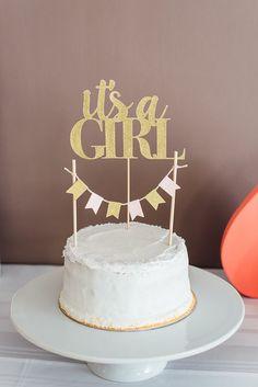 Baby shower fille - Un gâteau blanc avec un cake topper C'est une fille