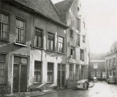 Kraanstraat in 1949, gezien vanuit de zuidzijde met het hoekhuis in de Schoolstraat. In het midden (Kraanstraat 8) een pakhuisgevel uit 1641. De panden zijn gesloopt in 1955.