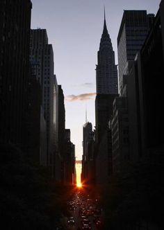 A New York lo chiamano «Manhattanhenge», quando il sole si allinea perfettamente alle vie di Manhattan, creando uno spettacolare effetto scenografico (Reuters)